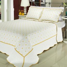 Kit: 1 Cobre-leito Casal Bouti Bordada de Microfibra + 2 Porta-travesseiros - Chennai Branco Dourado - Dui Design